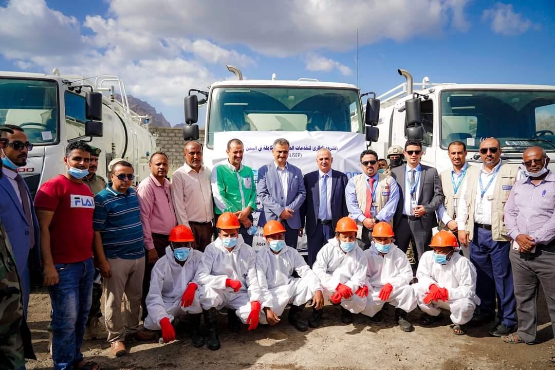 محافظ العاصمة عدن ووزير المياه يحضران عملية تسليم أربع سيارات جديدة لمؤسسة المياه والصرف الصحي