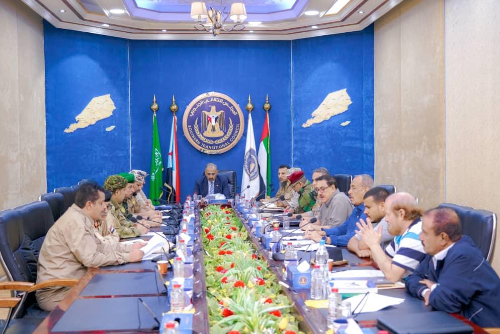 الرئيس القائد عيدروس الزُبيدي يترأس اجتماعًا للقادة العسكريين والأمنيين